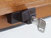 Детский замок (блокиратор) с цилиндром и ключом Elementis, коричневый